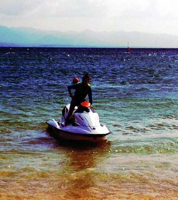 2NE1 trở thành người lái mô tô nước!