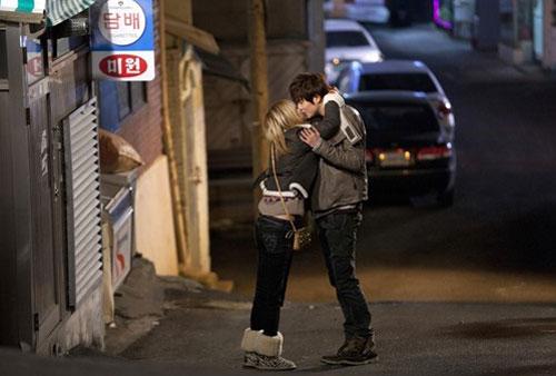 Luna (f(x)) chủ động ôm hôn Kyu Jong (SS501)