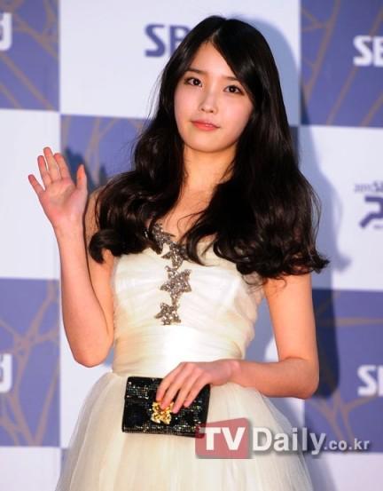 """IU lên tiếng xin lỗi Hongki (F.T. Island) và Se7en vì sự cố """"nhầm nhọt"""""""