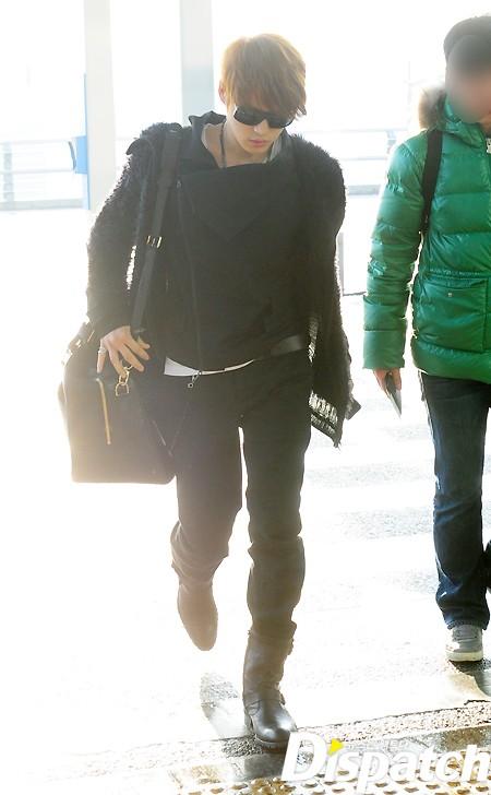 JYJ Jaejoong diện một bộ trang phục thời trang sân bay toàn tông màu đen