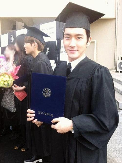Siwon và Ryeowook (SuJu) khoe ảnh tốt nghiệp Đại học