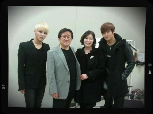 Bức ảnh gia đình Kim Junsu là bằng chứng cho sự thân thiết