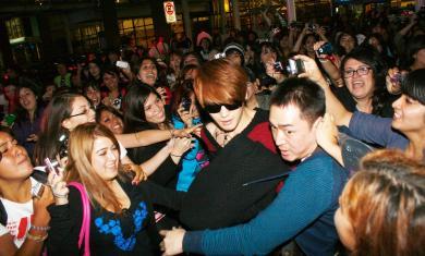 JYJ đặt chân đến Chile cho concert của họ giữa sự hỗn loạn của fan hâm mộ