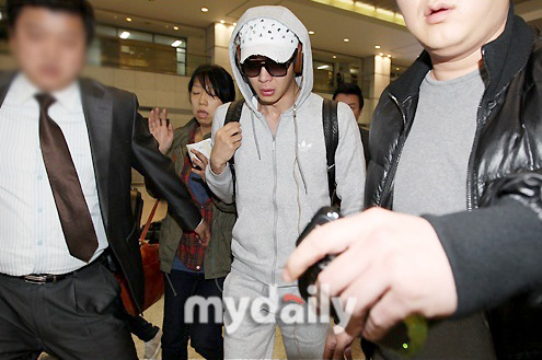 Yoo Chun khóc giữa sân bay